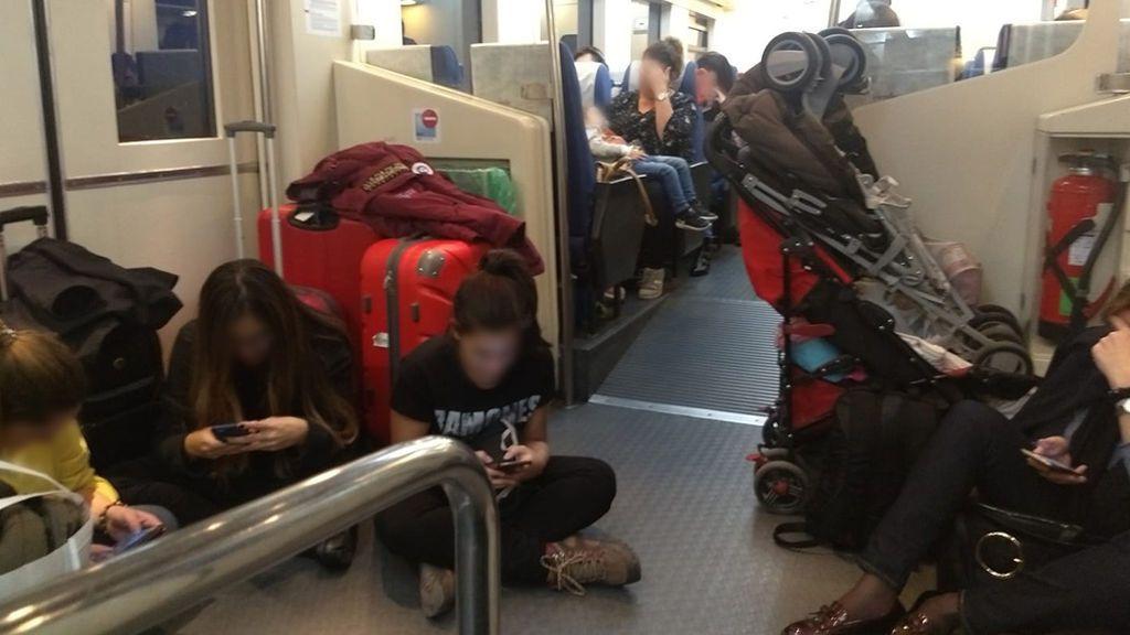 Los viajeros protestan por las deficiencias del tren Madrid-Jaén: decenas de pasajeros sin asiento en un convoy de 1975