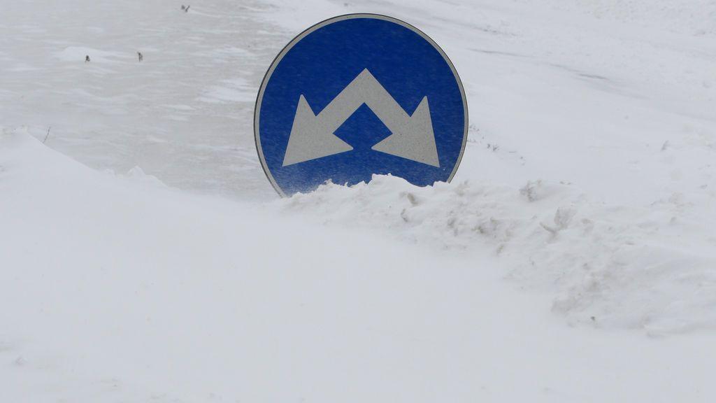 La nieve entierra los caballos en Islandia durante una tormenta invernal