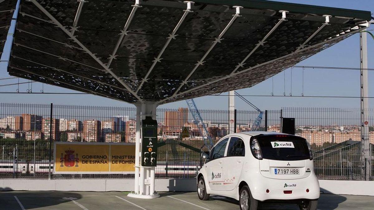 Adif prueba cómo recargar los coches con la electricidad procedente de los trenes