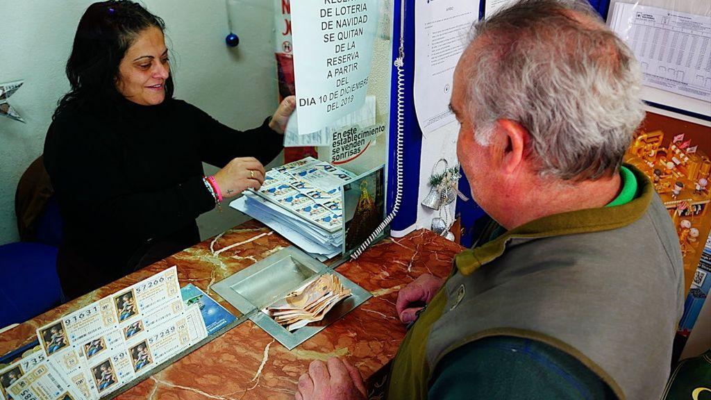 Una persona compra lotería en la única administración de El Bosque