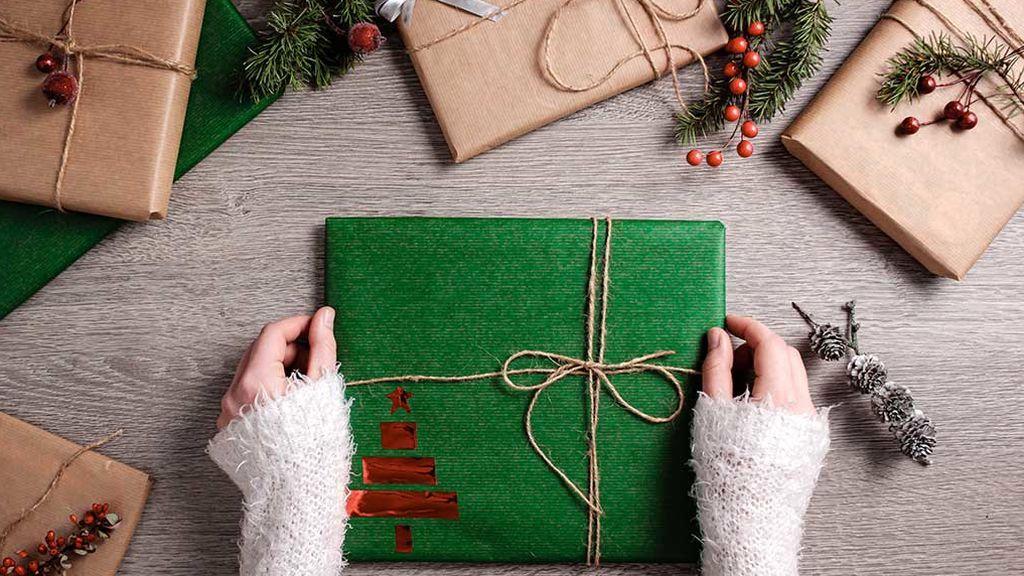 Si no se les da bien, no se preocupen, le enseñamos a envolver regalos