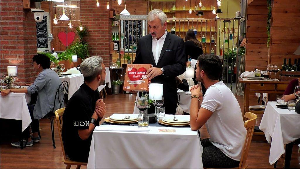 Carlos Sobera regala a Suso el juego de First Dates