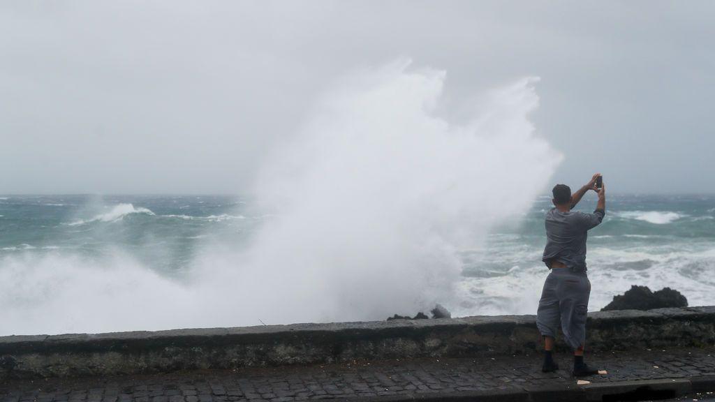 Aviso rojo por olas: los vientos de Fabien golpearán todo el Cantábrico