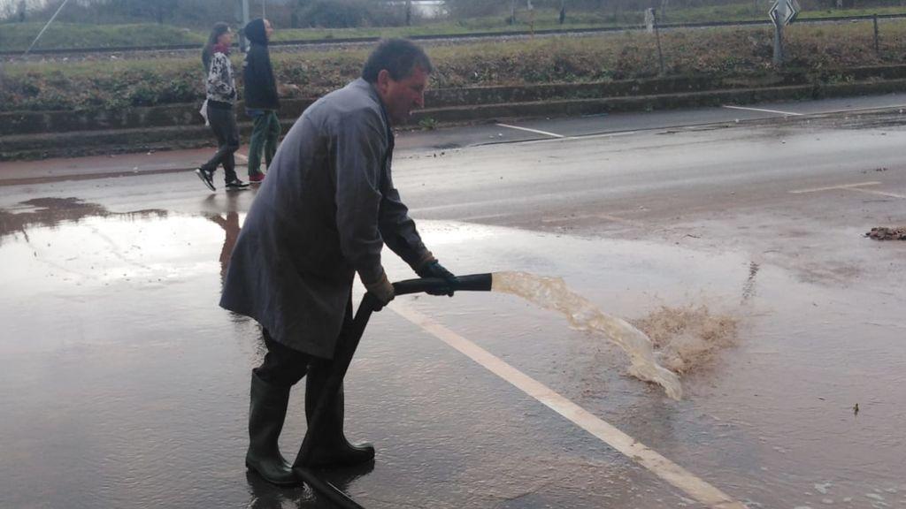 Vecino de Reinosa achicando agua