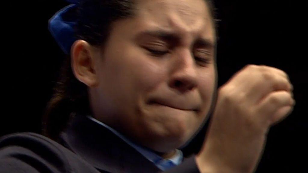 Emoción de la niña que cantó el primer quinto del sorteo de la Lotería de Navidad