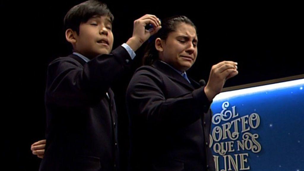 El primer quinto de la Lotería de Navidad llega entre lágrimas: ovación en el salón a la niña que lo canta