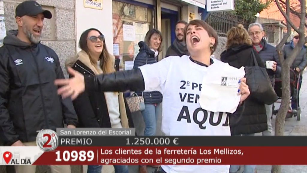 Euforia en El Escorial y en Fuente del Maestre , donde ha caído el segundo premio de la Lotería de Navidad