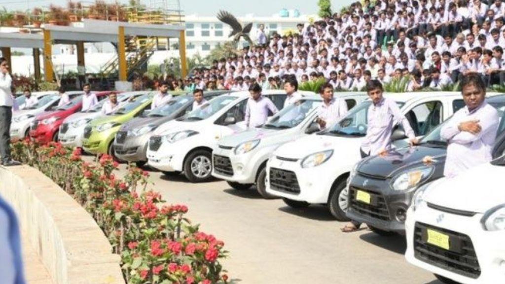 Savji Dholakia regala coches y casas a sus empleados