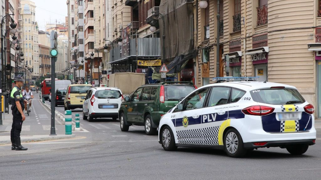 Destroza su vehículo después de ser multado por la policía en un control