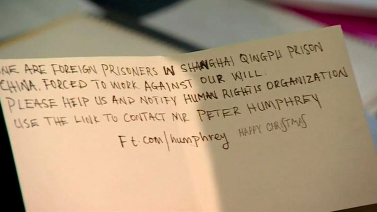 """""""Somos prisiones...ayúdenos"""": El mensaje  de auxilio escrito en una tarjeta de Navidad fabricada en China"""