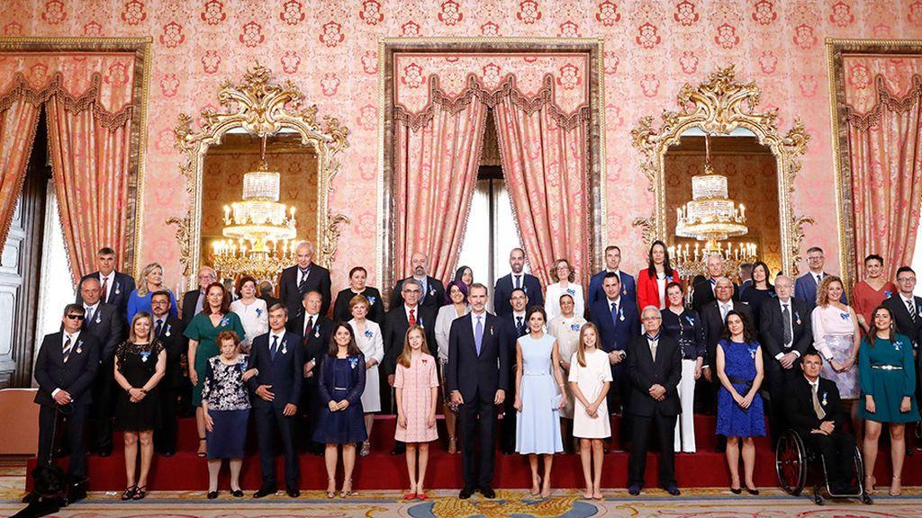La familia real con una representación de la sociedad española