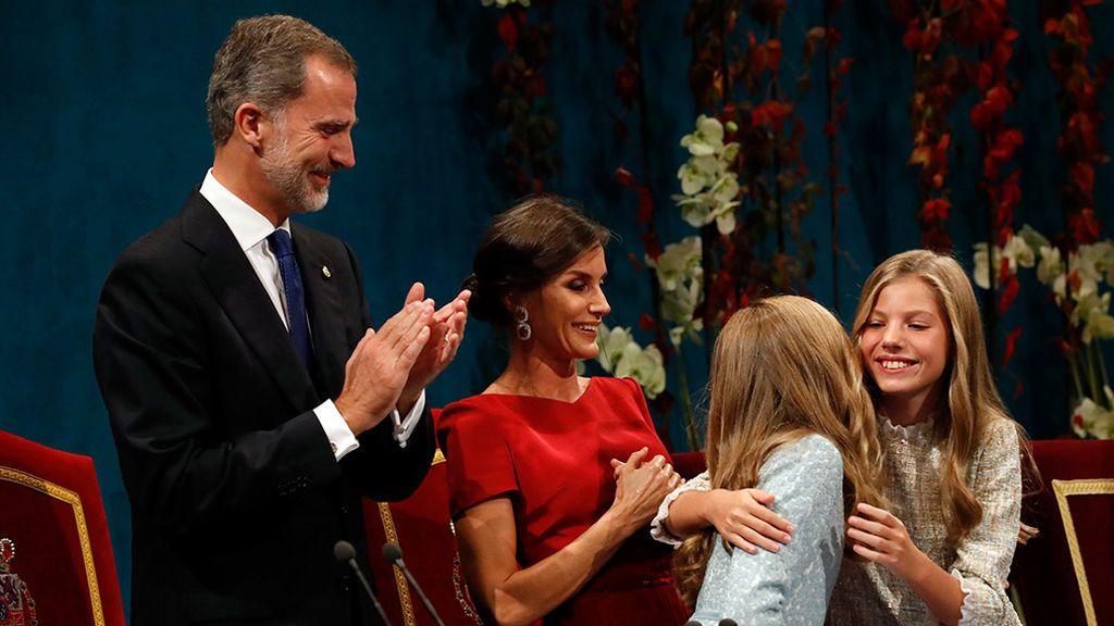 La infanta Sofía abraza a su hermana tras su estreno en los Premios Princesa de Asturias