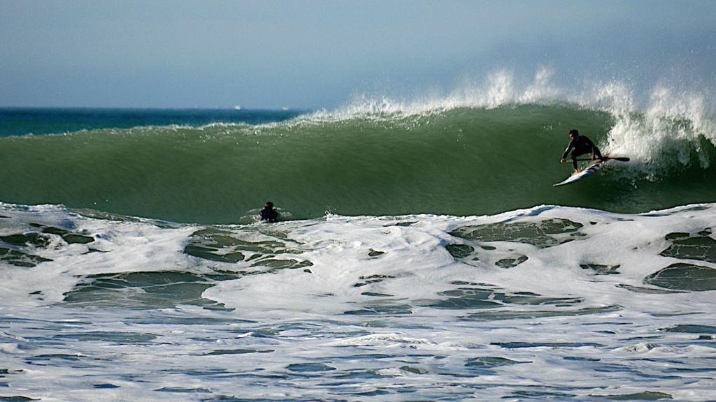 Jinetes tras la tormenta. El oleaje dejado por los temporales, y el buen tiempo, llenan de surfistas las playas de Cádiz