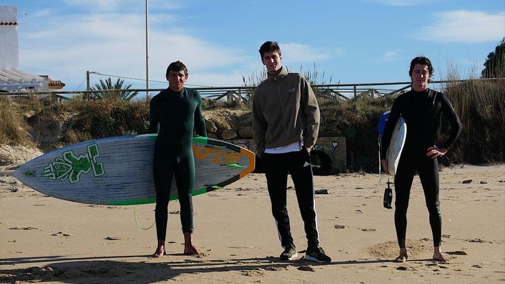 Surfistas preparados para entrar en el mar