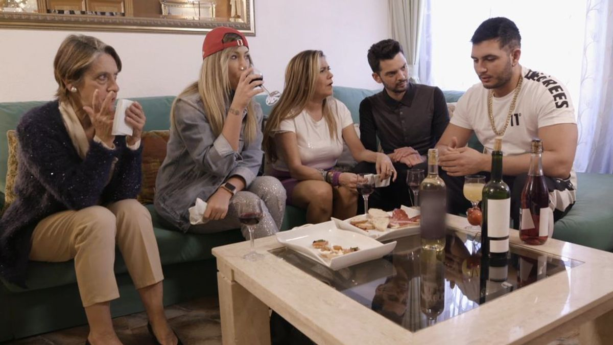 Omar Montes se estrena como anfitrión en una cena que termina con Pilar en la calle