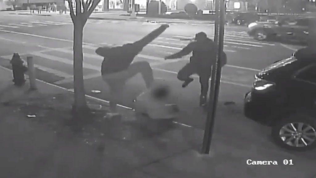 La brutal paliza a un hombre en el Bronx para robarle un dólar