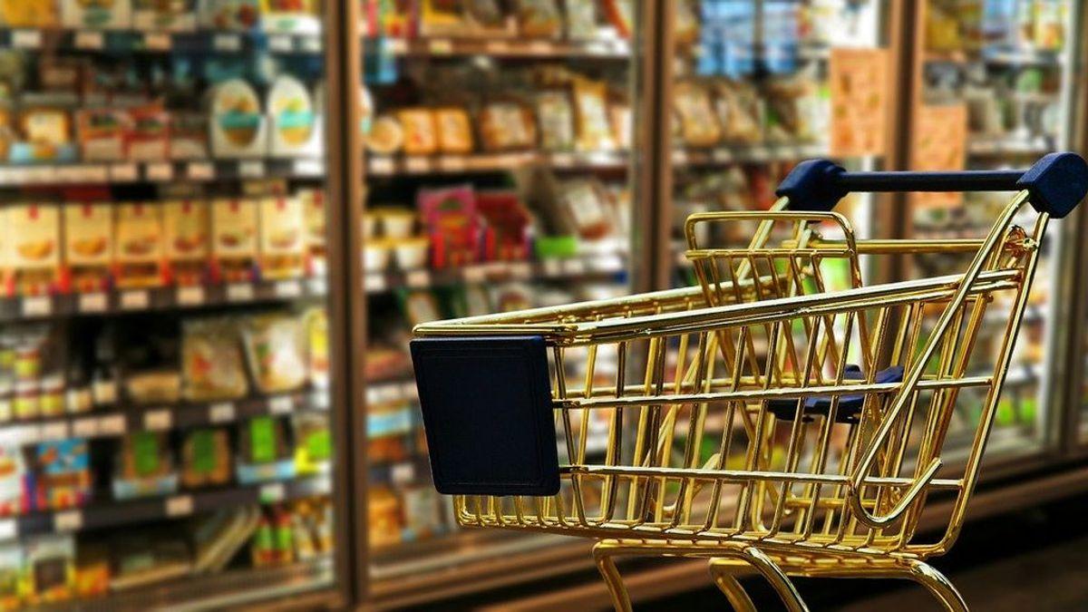 El gesto de un policía: compró comida para una mujer que estaba robando alimentos para sus nietos