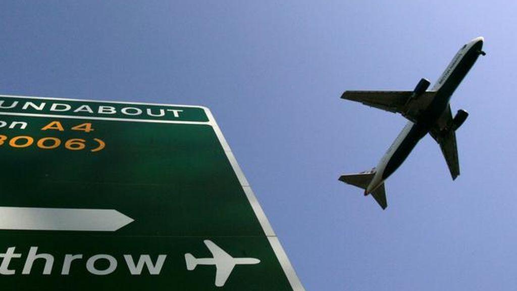 """Una compañía aérea hace bajar a 5 pasajeros de un avión antes de despegar por haber """"demasiado peso"""""""