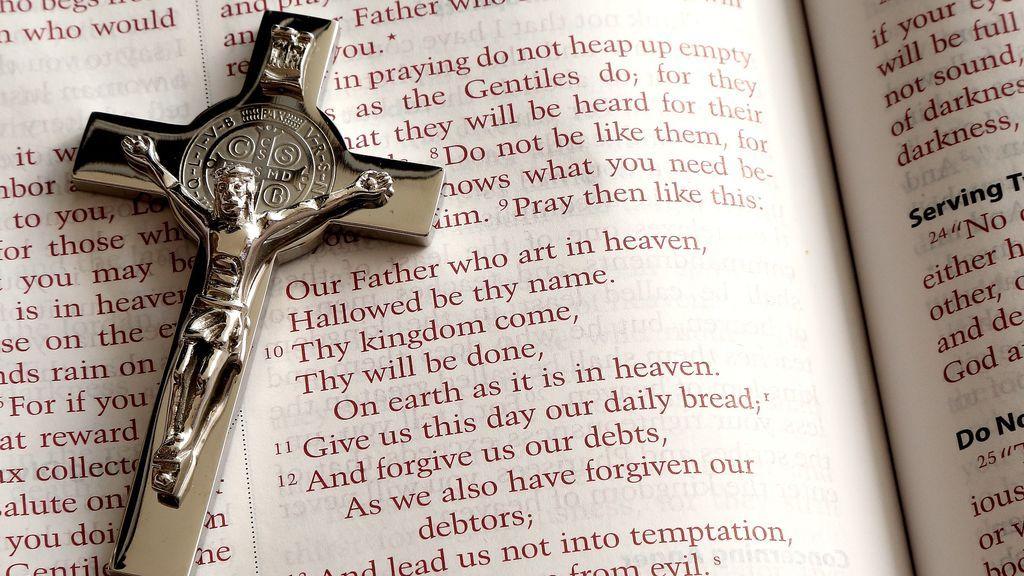 Un joven mata al sacerdote que abusó de él cuando era un niño clavándole un crucifijo en la garganta