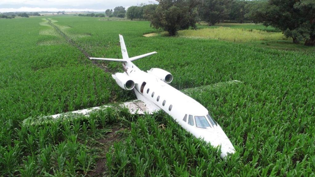 Un avión aterriza de emergencia sobre un campo de maíz en Argentina tras un error del motor