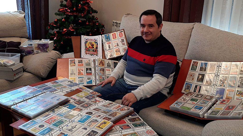 Javier Amor, con parte de su colección de calendarios.