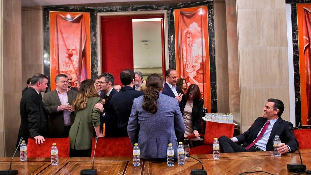 Representantes del PSOE y Podemos tras la presentación de su acuerdo
