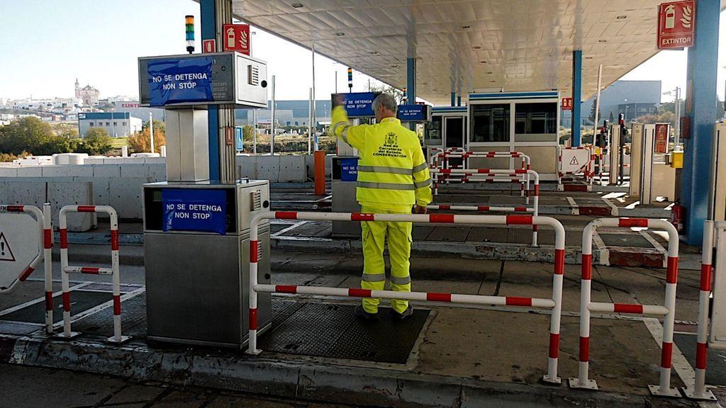 Un trabajador impide que los coches se detengan
