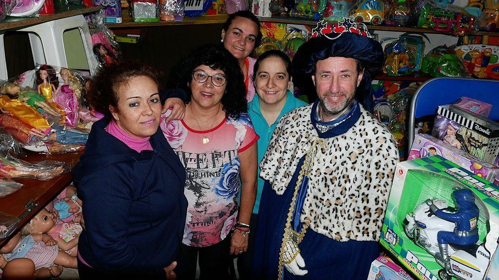 Melchor, y miembros de la asociación, en el almacén de juguetes