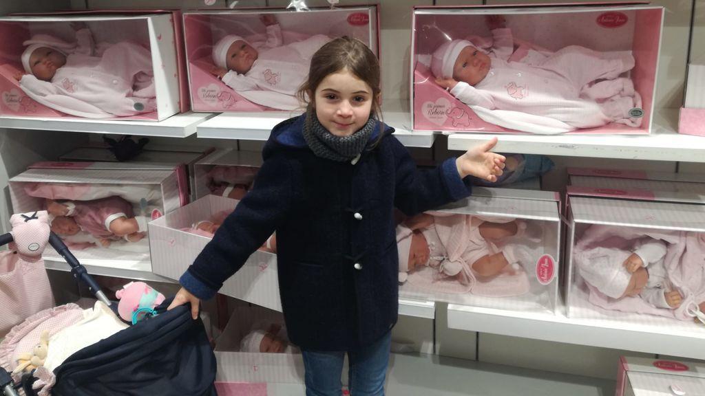 Martina  con las muñecas que pediirá estos Reyes