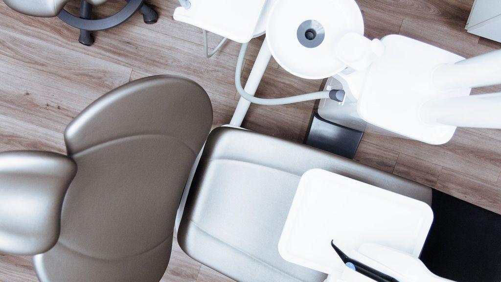 Inhabilitan a dos dentistas por poner 5 implantes fuera de la encía a una paciente