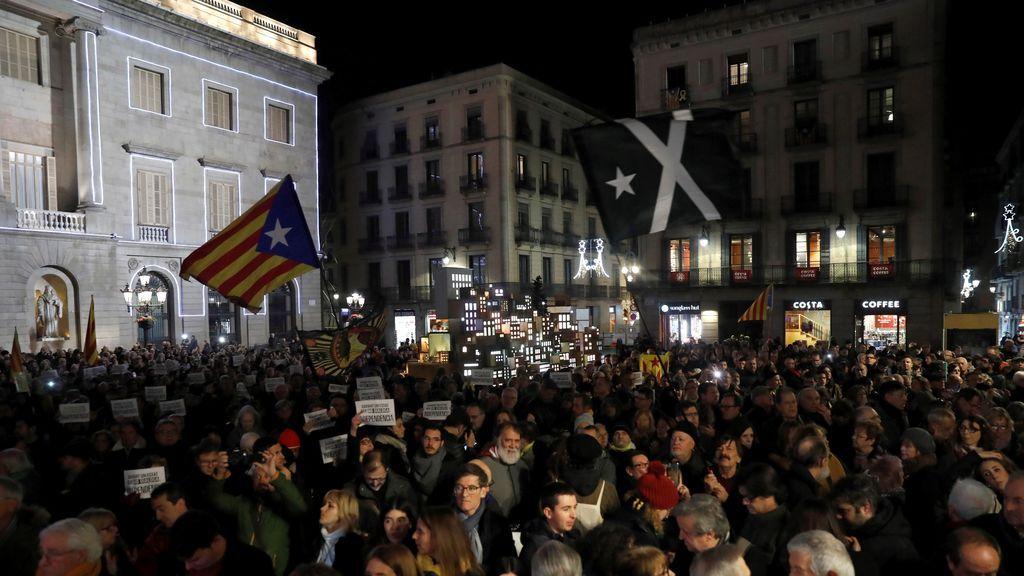 Los independentistas abarrotan la plaza de Sant Jaume
