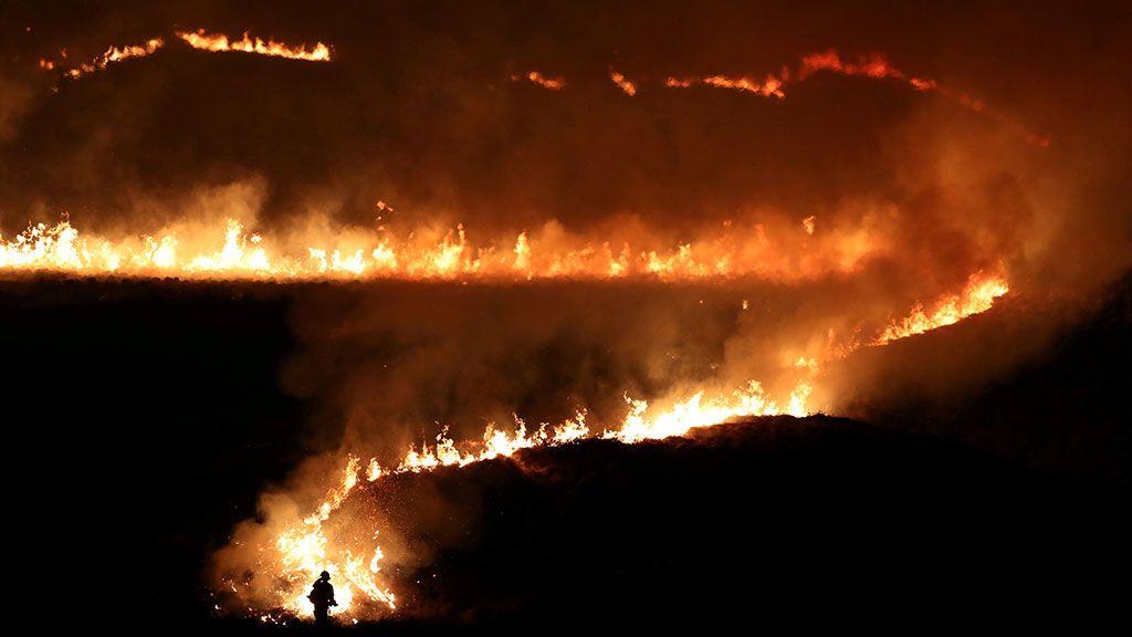 Un fuego en Saddleworth Moor, cerca de la ciudad de Diggle (Reino Unidp)