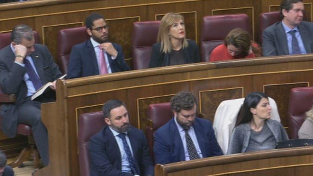 Ortega Smith lee un libro durante la primera intervención de Sánchez en el debate de investidura