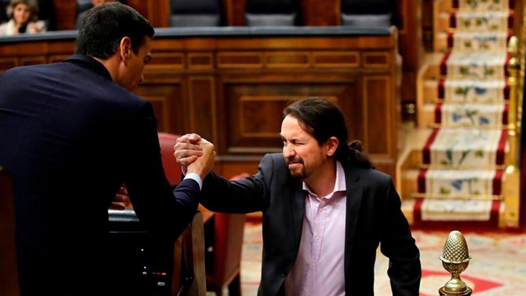 Pablo Iglesias saluda y guiña el ojo a Pedro Sánchez en el hemiciclo