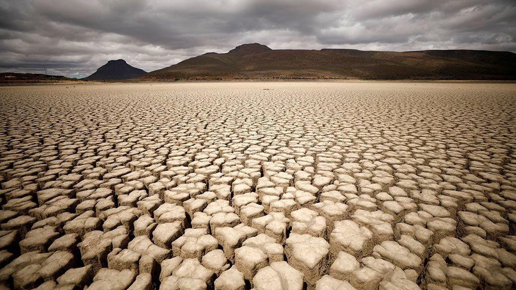 Grietas en la presa municipal seca de Graaff-Reinet (Sudáfrica)