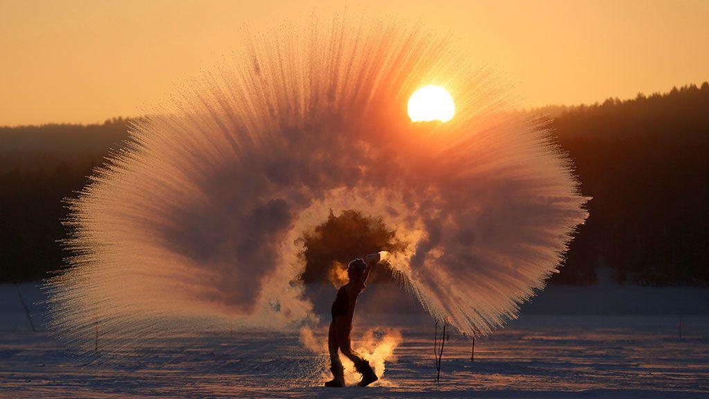 Olesya Ushakova arroja agua caliente al aire bajo cero mientras participa en el 'Dubak Challenge' (Rusia)