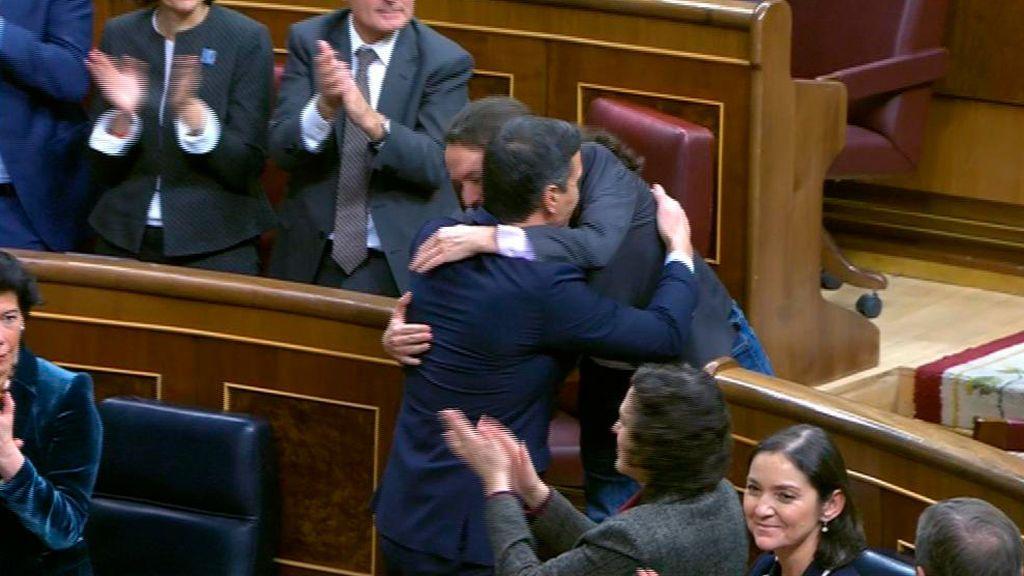 Abrazo de Sánchez e Iglesias