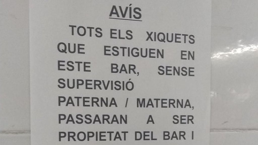 """Un bar advierte que """"podrán a los niños a fregar platos"""" si sus padres no se encargan de vigilarlos"""
