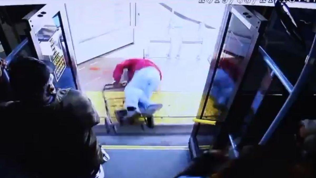 Una joven empuja a un anciano para que salga del autobús: el hombre se cayó, se golpeó la cabeza y murió