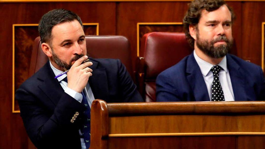 Santiago Abascal e Iván Espinosa de los Monteros escuchan a Pedro Sánchez