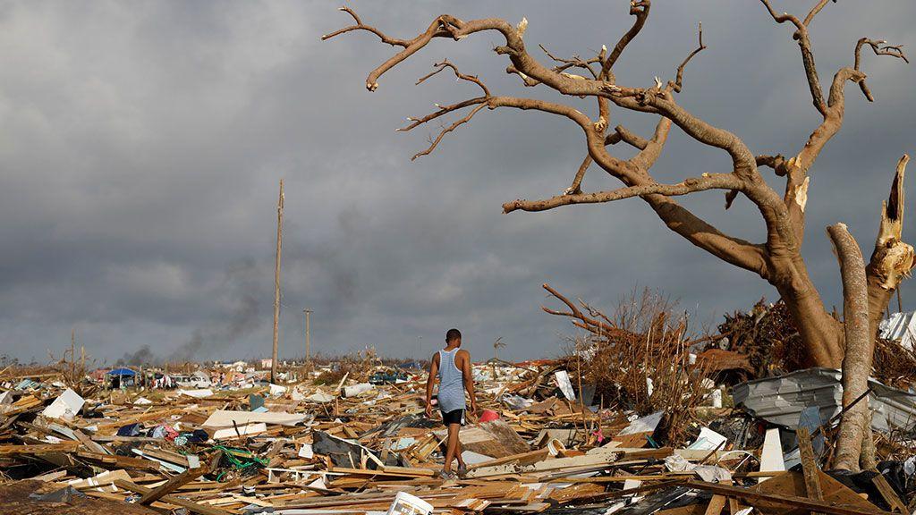 Un hombre camina entre escombros en el barrio Mudd, devastado por el huracán Dorian en las Islas Abaco en Marsh Harbour (Bahamas)
