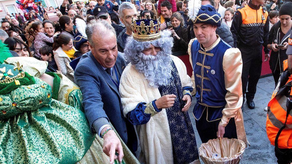 El cantante Alejandro Sanz como rey Melchor en la Cabalgata de la Ilusión en Cádiz