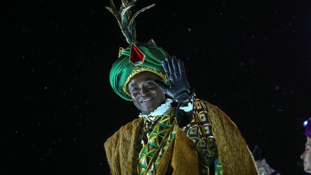 El Rey Baltasar saluda desde su carroza durante la tradicional Cabalgata de los Reyes Magos