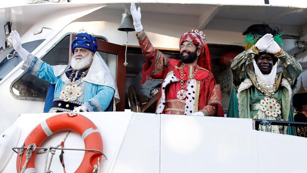 Los tres Reyes Magos, Melchor, Gaspar y Baltasar a su llega en barco al puerto de Valencia