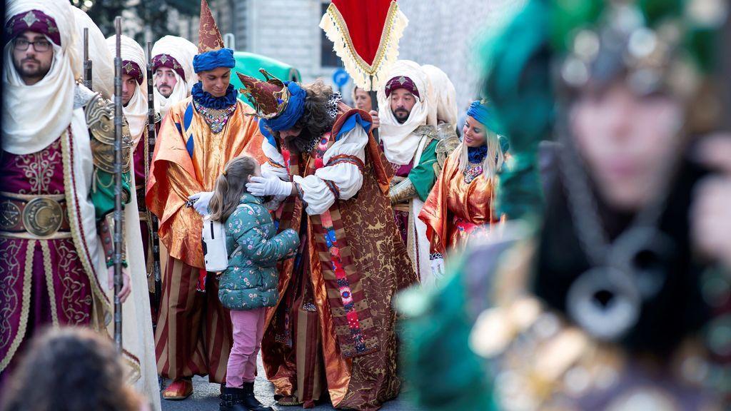El Rey Gaspar saluda a una niña a la salida de la Alcazaba, durante la Cabalgata de Reyes en Málaga