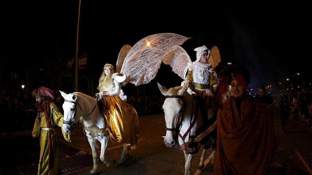 La tradicional Cabalgata de los Reyes Magos de Oriente recorre hoy domingo las calles de Madrid