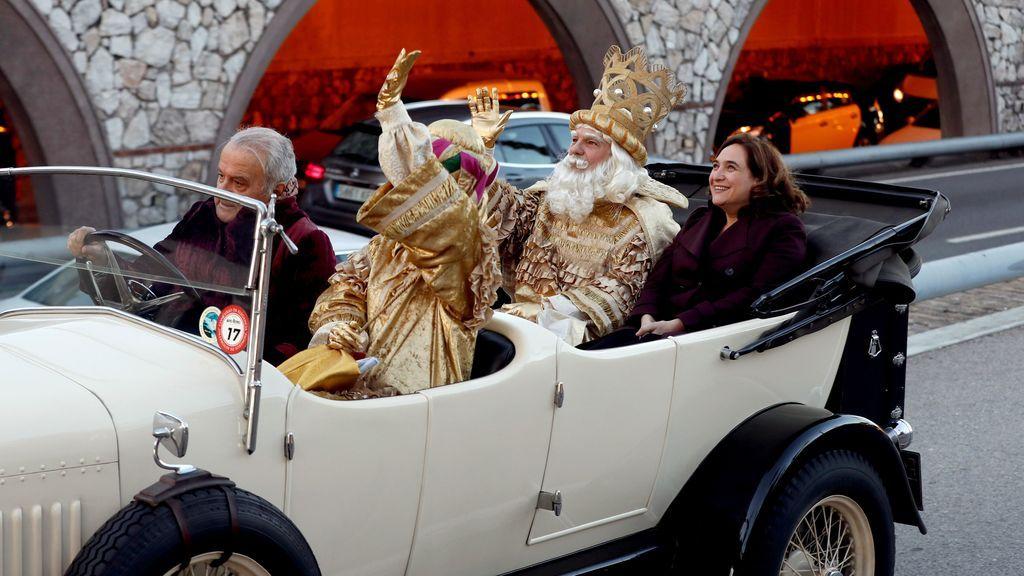 El rey Melchor junto a la alcaldesa de Barcelona, Ada Colau a la llegada de los Reyes Magos
