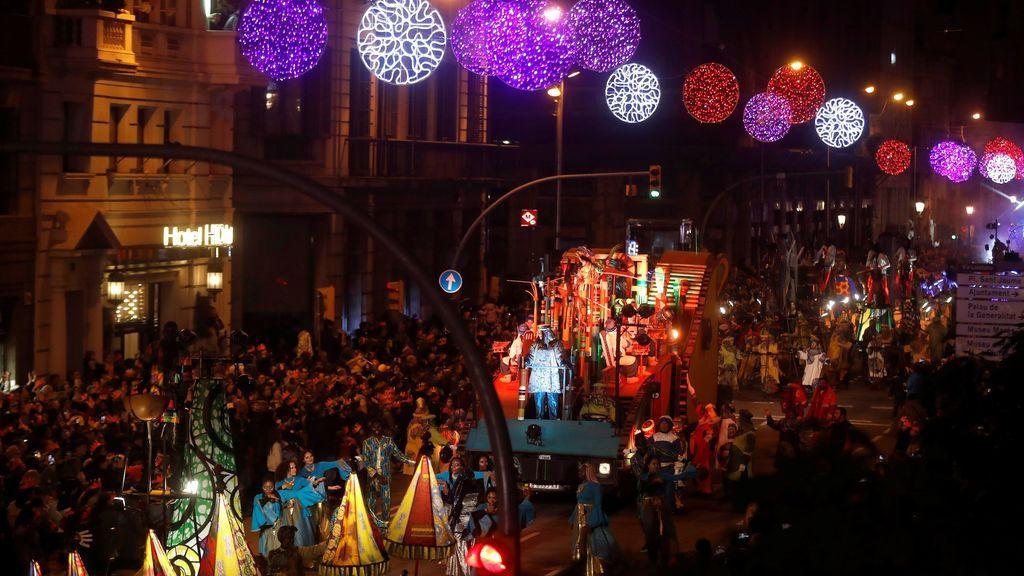 La cabalgata de los Reyes Magos de Orinte recorre las calles del centro de Barcelona