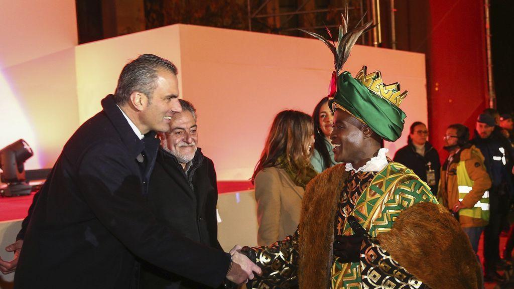 El concejal de Vox Javier Ortega Smith saluda al rey Baltasar durante la Cabalgata de Madrid