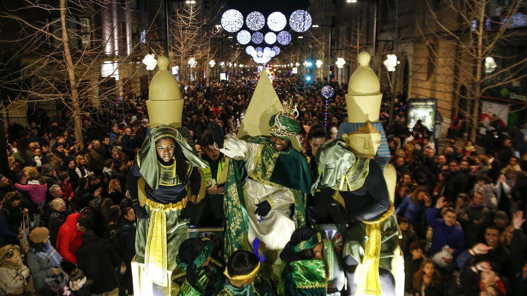 El Rey Baltasar durante la cabalgata de los Reyes Magos 2020 en Granada